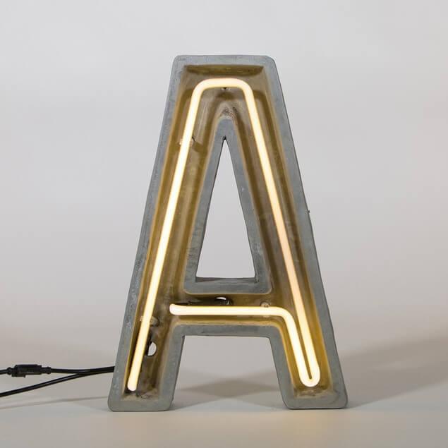 Betonska neonska svjetiljka